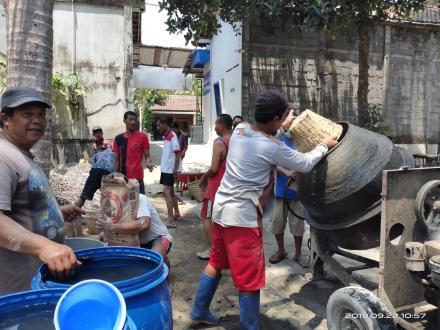 Swadaya Masyarakat Bangun Jalan Cor Blok