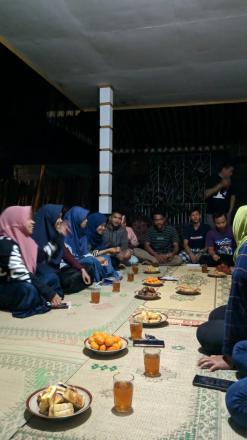 Eratkan Silaturahmi dengan Pemuda, Tim KKN Ikuti Rapat HUT Karang Taruna Dukuh Nengahan.