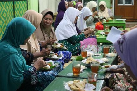 Erat Silaturahmi Dengan Lingkungan Masjid, Tim KKN 80 UMY Hadiri Pengajian Rutin di Masjid