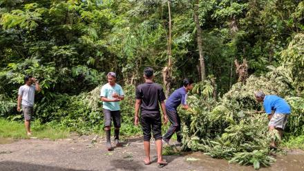 Tim KKN 80 UMY Ikut Serta Dalam Kegiatan Gotong Royong Masyarakat Dukuh Nengahan
