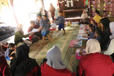 Tim KKN UMY membantu mengajar di paud kasih ibu