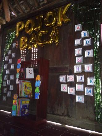 Tim KKN 80 UMY Memulai dekorasi pembuatan pojok baca serta kerja bakti membersihkan dan menghias pos