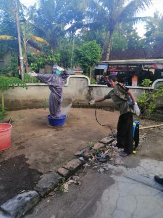 Penyemprotan Desinfektan  Di Rumah Warga Terpapar Covid 19