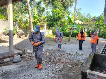 Bersama Satgas Dusun dan Bhabinkantibmas Strerilisasi Rumah Warga