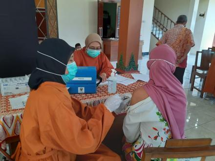 Lansia Dusun Jetis Kalurahan Trimurti Terima Vaksin Tahap 1