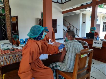 Pelaksanaan Vaksinasi Lansia Dusun Sapuangin