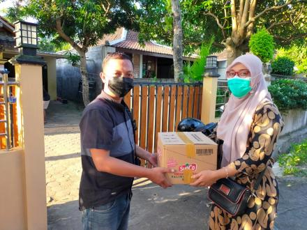 Penyaluran paket bahan pokok warga isolasi mandiri