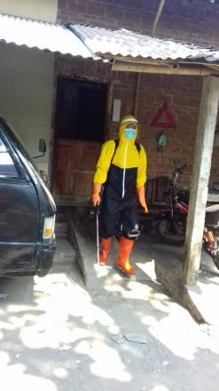 Penyemprotan Cairan Desinfektan Oleh Satgas Dusun Bendo