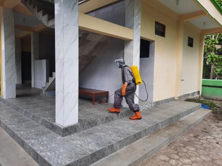 Jelang Pelaksanaan Kurban Satgas Dusun Lakukan Spraying di Masjid