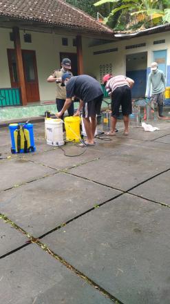 Penyemprotan Cairan Desinfektan Oleh Satgas Dusun Puluhan Kidul dan Pedak