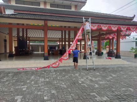 Meriahkan Hari Kemerdekaan Kantor Kalurahan Trimurti Mulai Memasang Umbul Umbul