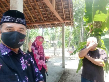 Lurah Trimurti Bersama Kepala Puskesmas Srandakan Lakukan Monitoring di Lokasi Pembangunan Demplot